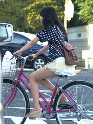 20130818自転車パンチラ